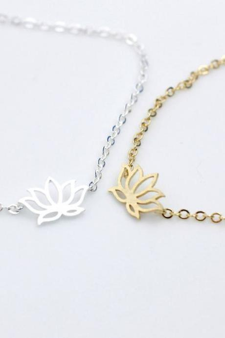 Lotus charm bracelet in gold / silver