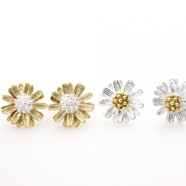 White Daisy flower studs earrings in matte silver / gold